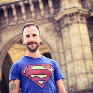 Vlogueur de vidéos de voyages gay